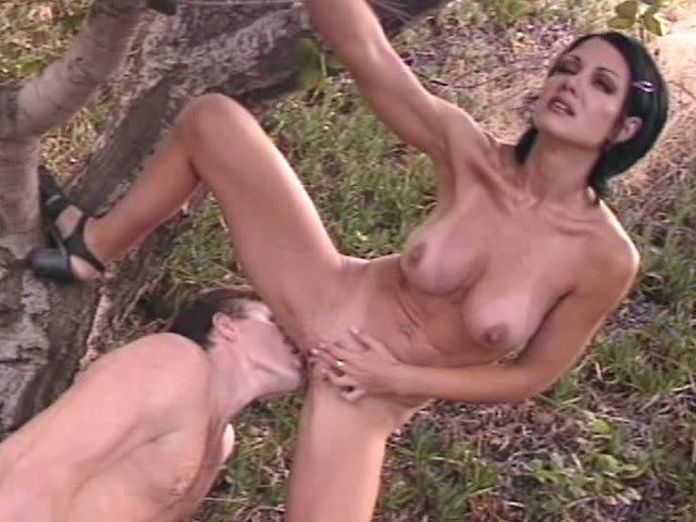 Femme cochonne sodomisée à la campagne