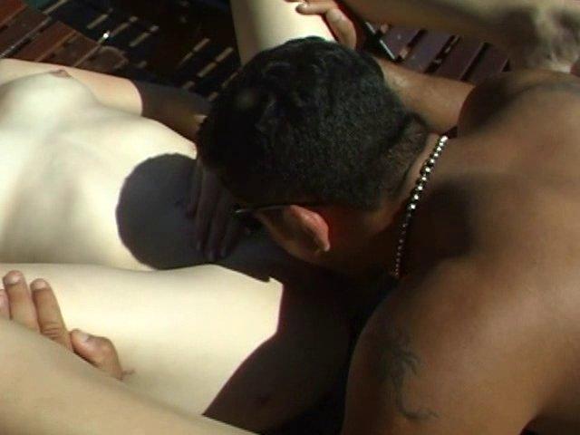 Sexe hard avec sodomie à la plage
