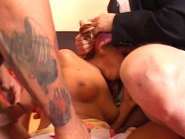 Une femme à petits seins sert d'objet anal