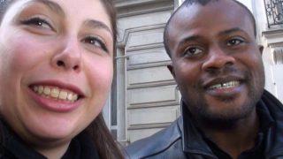 Femme brune canon et sexe interracial en vidéo