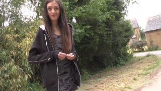Sexe amateur d'une étudiante svelte enculée dans son village