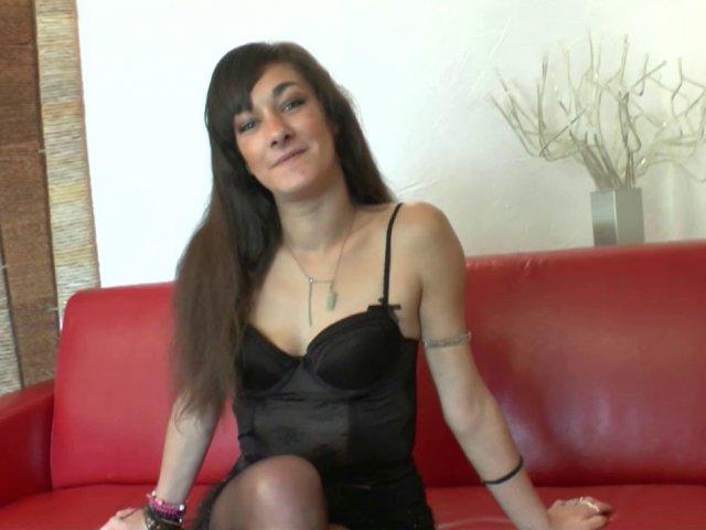 Salope brune amatrice la chatte et l'anus dilatés à la main en plein casting