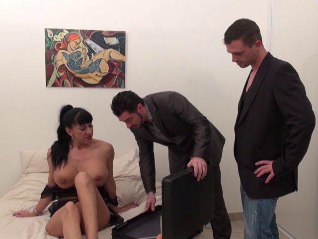 Porno d'une salope qui reçoit deux sodomites pour une nuit torride