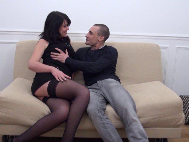 La brunette cochonne fait une partie de sexe anal