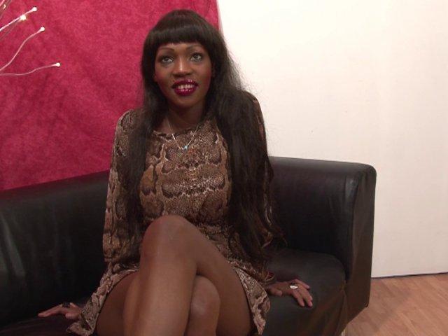 Porno d'une salope black sodomisée durement dans un casting X