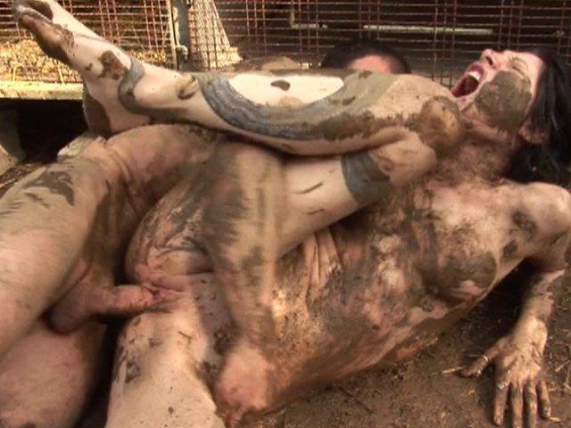 Porno du keum qui encule sa femme dans la boue
