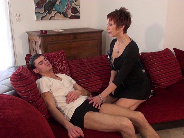 Sexe avec une mature rouquine brutalement enculée par un jeune !