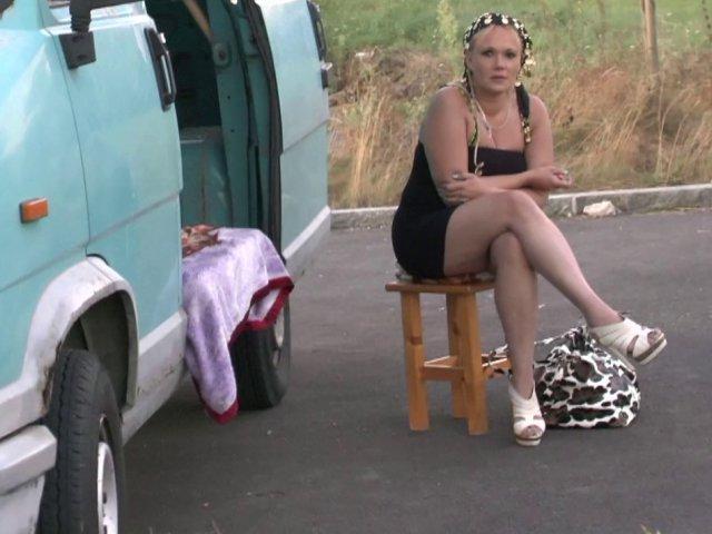 Femme mature salope baisée dans sa camionnette