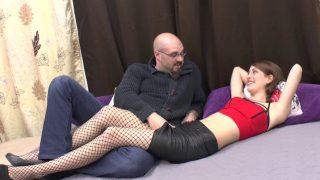 Porno d'une demoiselle sauvagement enculée dans une partouze