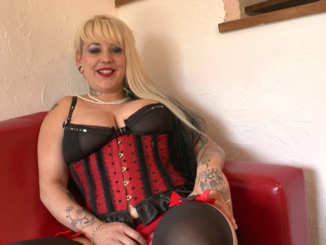 Porno d'une bimbo blonde sodomisée par deux bites énormes