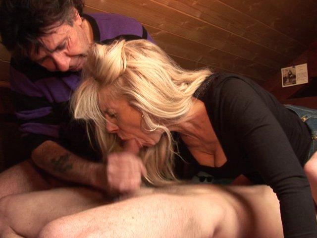Femme mature blonde se partage son mec avec un gay