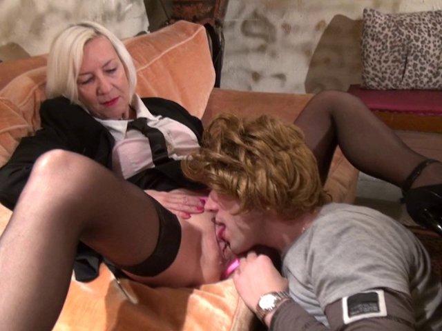 Cougar blonde prend son bain avant de baiser avec un jeune inconnu